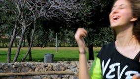 Dança feliz nova da menina no parque vídeos de arquivo
