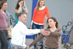 Dança feliz nova dos pares na rua Imagens de Stock Royalty Free