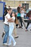 Dança feliz nova dos pares na rua Imagem de Stock Royalty Free
