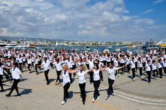 Dança grega de Hasapiko em Paphos em junho foto de stock