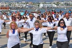 Dança grega de Hasapiko em Paphos no 3 de junho de 2018 fotos de stock royalty free