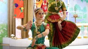 Dança indiana do dançarino indiano bonito das meninas filme