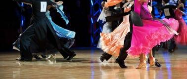 Dança internacional latino do dançarino da mulher e do homem fotografia de stock royalty free