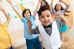 Dança jouful pequena das crianças na festa de anos Crianças pequenas em celebrações do aniversário Imagens de Stock Royalty Free