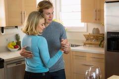 Dança lenta do abraço do amor apaixonado passionately no amor em seu aniversário imagem de stock royalty free