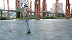 Dança masculina nova do dançarino do hip-hop fora video estoque