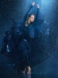 A dança moderna bonita nova do dançarino sob a água deixa cair Fotos de Stock