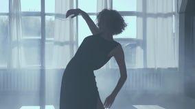 Dança moderna da dança bonita da menina em um estúdio da dança na tarde video estoque
