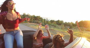 Dança moreno bonita ao sentar-se na capa do convertible filme