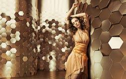 Dança moreno da senhora na sala brilhante Imagem de Stock