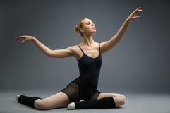 Dança na bailarina de madeira do assoalho com sua mão acima fotos de stock royalty free