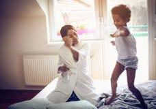 Dança na cama foto de stock