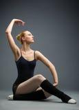 Dança no dançarino de bailado de madeira do assoalho com sua mão acima fotografia de stock royalty free