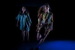 Dança no estúdio escuro Imagens de Stock