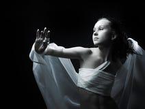 Dança no semidarkness fotos de stock royalty free