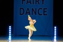 Dança nova da menina da bailarina na fase Fotografia de Stock
