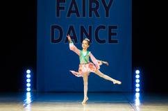Dança nova da menina da bailarina na fase Imagens de Stock Royalty Free