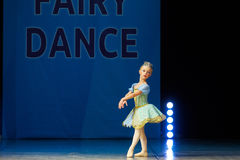 Dança nova da menina da bailarina na fase Imagem de Stock