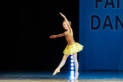 Dança nova da menina da bailarina na fase Fotografia de Stock Royalty Free