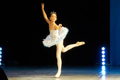 Dança nova da menina da bailarina na fase Imagem de Stock Royalty Free