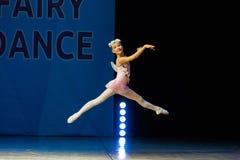 Dança nova da menina da bailarina na fase Fotos de Stock Royalty Free