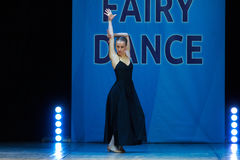 Dança nova da menina da bailarina na fase Imagens de Stock
