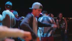 Dança nova do indivíduo que quebra em um partido com outros povos vídeos de arquivo