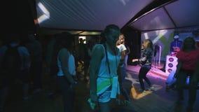 Dança nova do indivíduo que quebra em um partido com outros povos video estoque