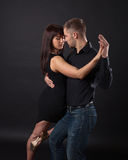 Dança nova dos pares em um fundo escuro imagens de stock royalty free