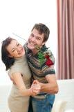 A dança nova feliz dos pares com vermelho levantou-se em casa Imagem de Stock