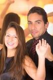 Dança nova latin feliz dos pares em um clube noturno Imagem de Stock