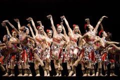 Dança popular chinesa: As canções waft entre a paisagem foto de stock
