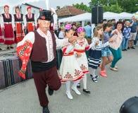 Dança popular das pessoas idosas e das crianças nos jogos de Nestenar na vila dos búlgaros, Bulgária Imagem de Stock