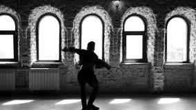Dança praticando do bailado do dançarino de bailado no estúdio filme