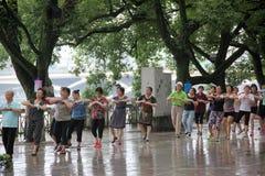 A dança quadrada das pessoas idosas em GUILIN Foto de Stock