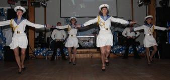 A dança que o bullseye executou por dançarinos, atores do marinheiro do trupe do auditório do estado de St Petersburg imagens de stock