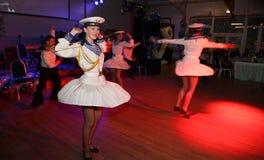 A dança que o bullseye executou por dançarinos, atores do marinheiro do trupe do auditório do estado de St Petersburg fotografia de stock