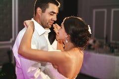 Dança romântica dos noivos do casal no recep do casamento Imagens de Stock Royalty Free