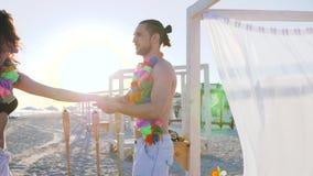 Dança romântica dos pares novos na praia, lua de mel dos amantes em ilhas tropicais, filme