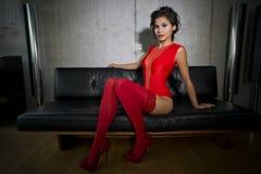Dança 'sexy' bonita da mulher e levantamento no apartamento luxuoso Imagem de Stock Royalty Free