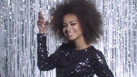 Dança 'sexy' da mulher negra quando os anos novos party guardando o champanhe sobre o fundo do brilho video estoque