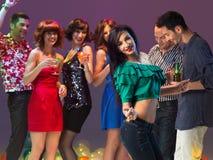 Dança 'sexy' da mulher no clube de noite imagens de stock