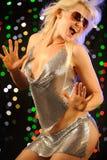Dança 'sexy' da mulher no clube nocturno Fotografia de Stock Royalty Free