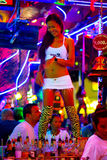 Dança tailandesa da mulher no clube nocturno de Patong Foto de Stock Royalty Free