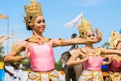 Dança tailandesa não identificada dos dançarinos Jogos do polo do elefante durante fósforo 2013 do polo do elefante do copo de s  imagens de stock royalty free