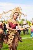 Dança tailandesa não identificada dos dançarinos Jogos do polo do elefante durante fósforo 2013 do polo do elefante do copo de s  foto de stock