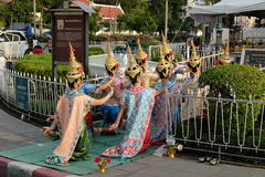 Dança tailandesa para Phamaetrorani em torno da plaza real Imagens de Stock Royalty Free
