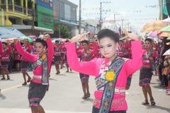 """Dança tailandesa tradicional no festival """"Boon Bang Fai"""" de Rocket Fotografia de Stock"""