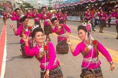 Dança tailandesa tradicional no festival 'Boon Bang Fai' de Rocket Fotografia de Stock