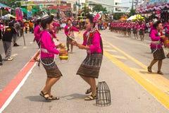 Dança tailandesa tradicional no festival 'Boon Bang Fai' de Rocket Fotos de Stock Royalty Free